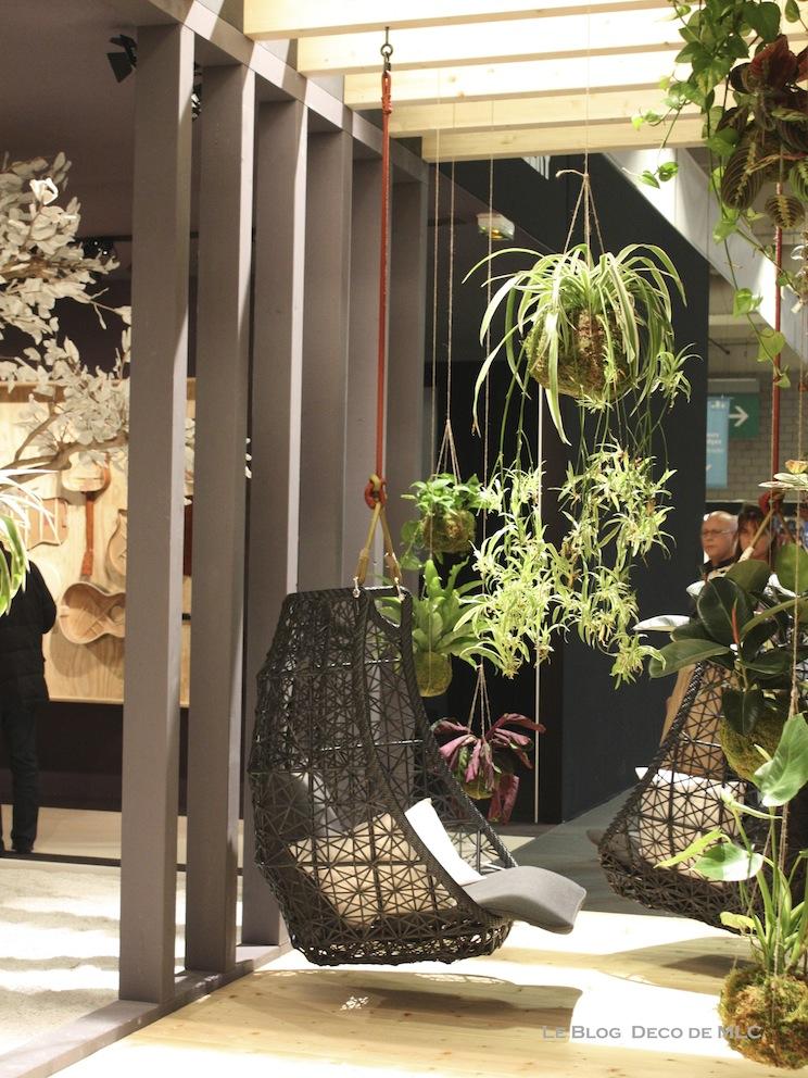 plante-verte-fauteuil-suspendu-noir