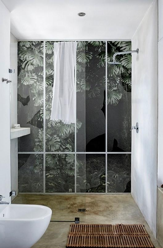 papier-peint-plante-urban-jungle-salle-de-bain-douche-deco