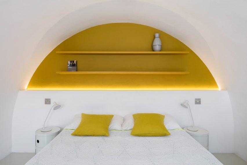 tete-de-lit-etagere-jaune-chambre-barbican-estate-london-emulsion
