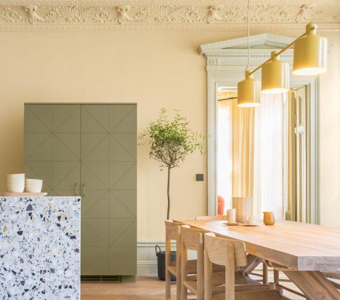 Quasi Monochrome En Vert Amande, La Chambre Joue Les Anti Chambres Comme  Une Alcôve Avec Sa Porte Invisible Et Son Décor Murale Effet Capitonné.