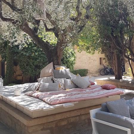 matelas et coussin palette au pied de l'olivier