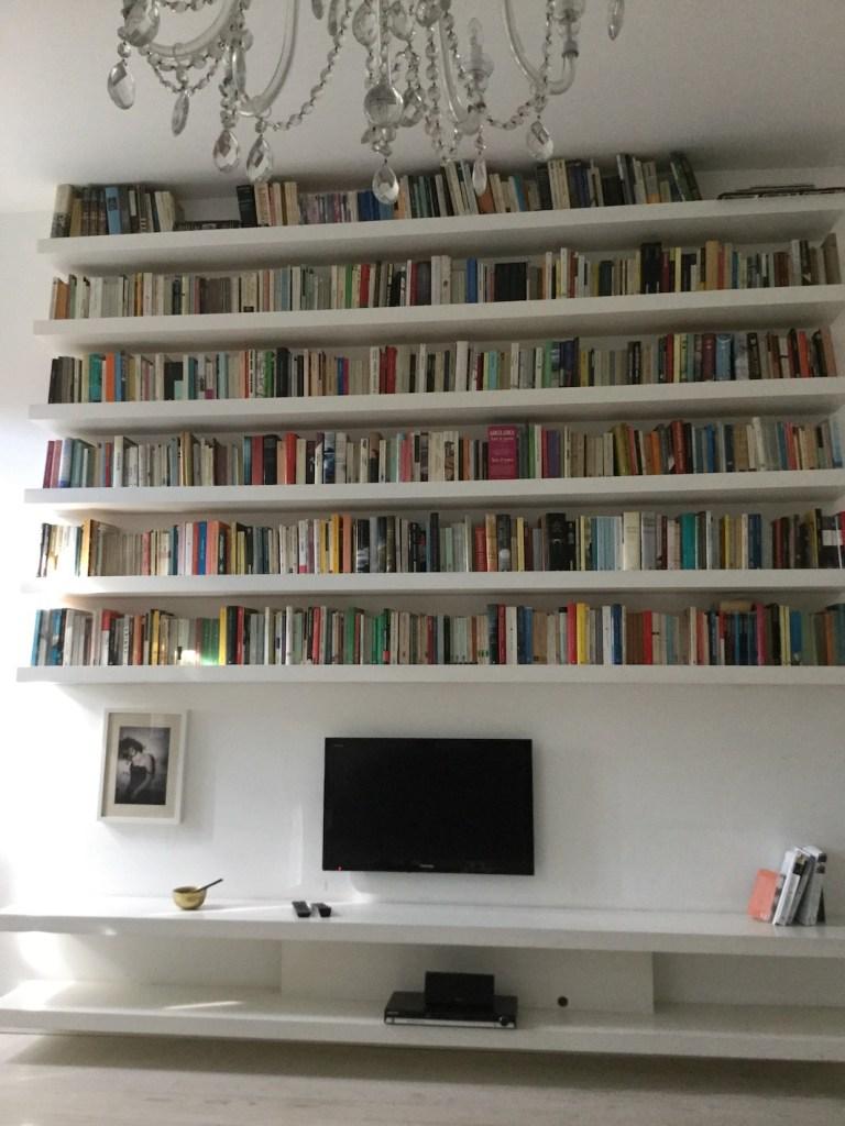 etagere-bibliotheque-murale-deco-pas-cher-dans-salon-blanc