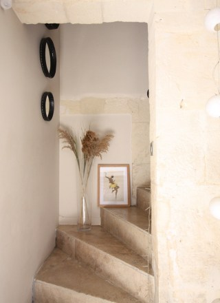 escalier-travertin-miroir-rond-maison-provencale