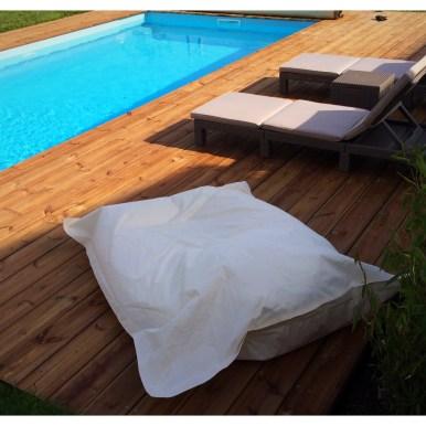 Vue plongeante sur la terrasse en pin bombé et la piscine