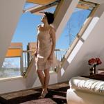 La fenêtre ouverte forme le balcon fonctionnel