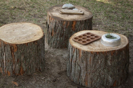 Les troncs d'arbres se transforment facilement en table ou en siège