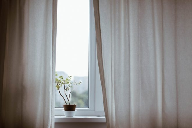 pose de rideaux sur des fenêtres en PVC