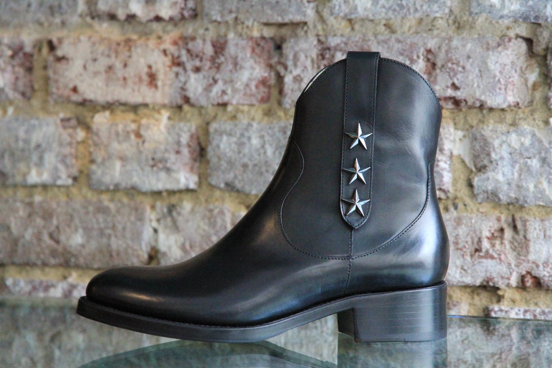 Pour la sélection d octobre chez Free Lance, les boots Mansory et Demy se  parent d étoiles, la peau noire fait son effet sur la botte Ryna et l  escarpin ... 9ed98f6d3fdf