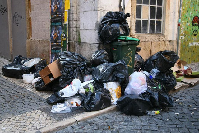 Lixo nas ruas de Leça