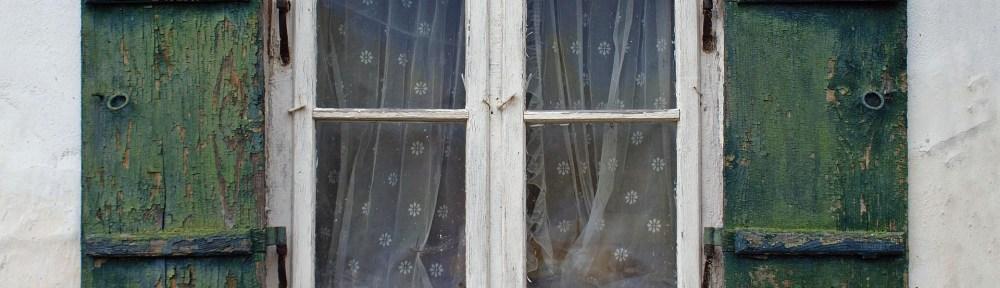 Jacqueline derrière ses rideaux