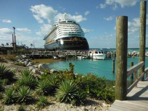 Le Disney Dream, accosté à Castaway Cay, l'île privée de la Disney Cruise Line.