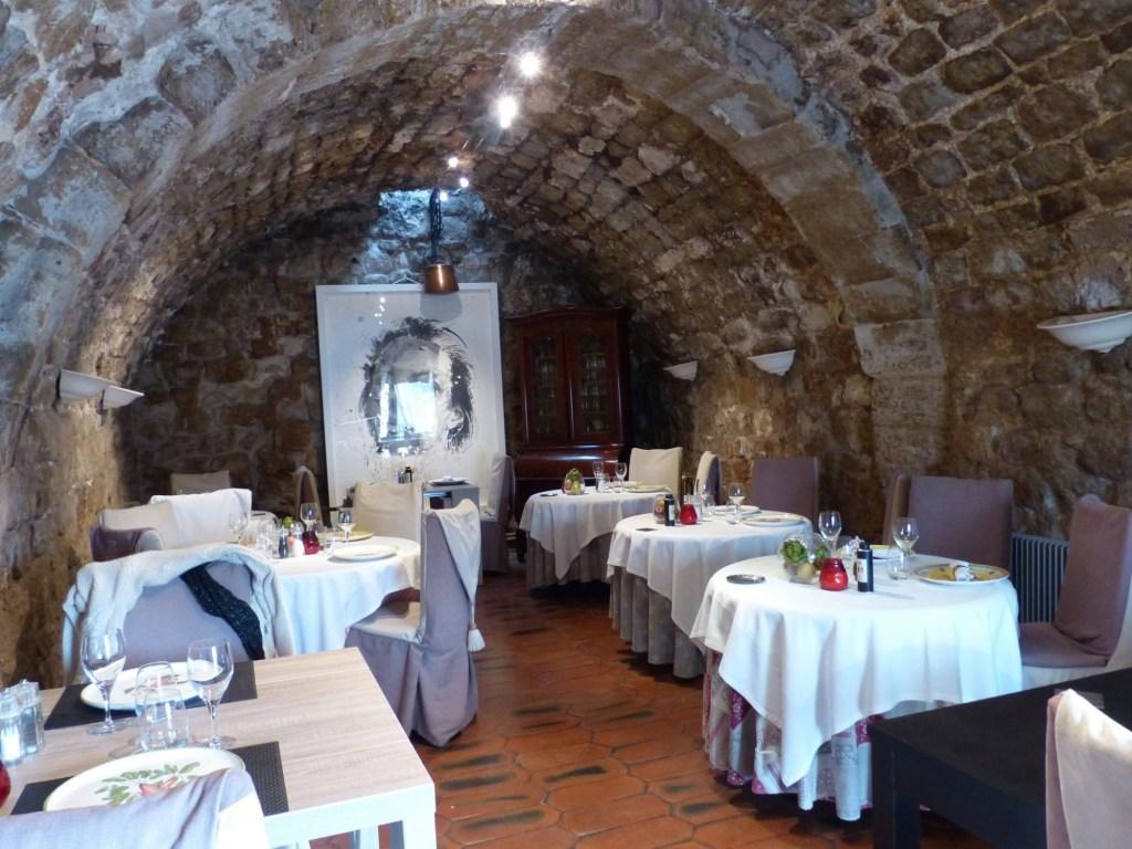 Vieilles pierres et salles voûtées au Logis du Guetteur.