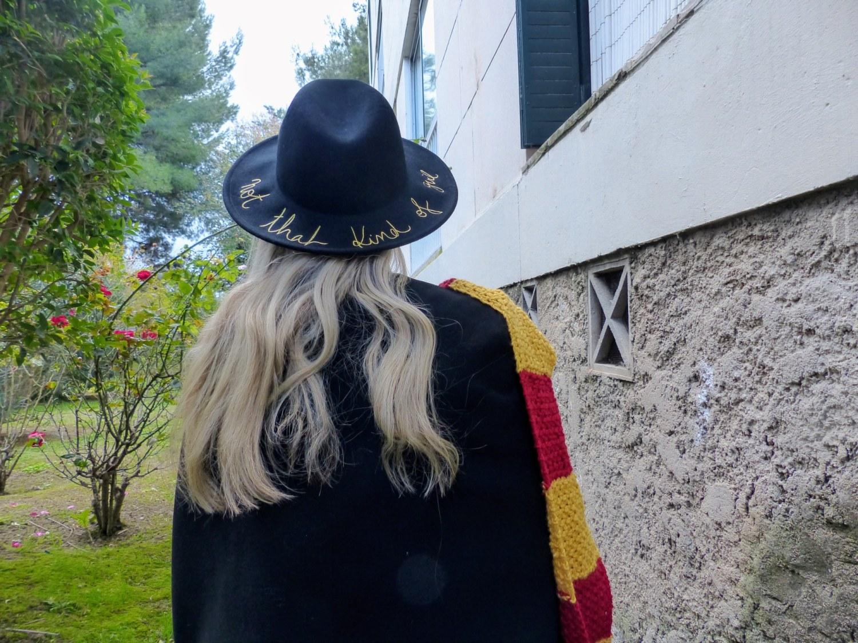 Cape noire et écharpe colorée, pas mal l'uniforme façon Poudlard ?