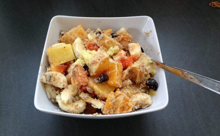 Basenmüsli mit Banane, Mango, Papaya, Orange, Cranberies und Erdmandel Flocken