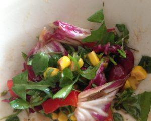 Wildkräutersalat mit Radicchio, Kidneybohnen und Mais