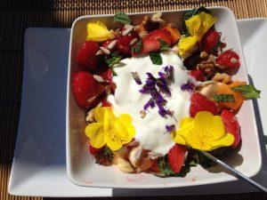 Früchtemüsli mit essbaren Blüten