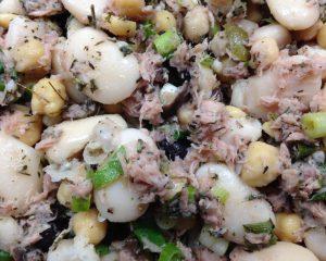 Weiße Bohnen Kichererbsen Salat mit Oliven und Thunfisch