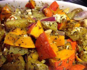 Kürbis und Kartoffeln mit Kräutern aus der Provence und Feta aus dem Ofen