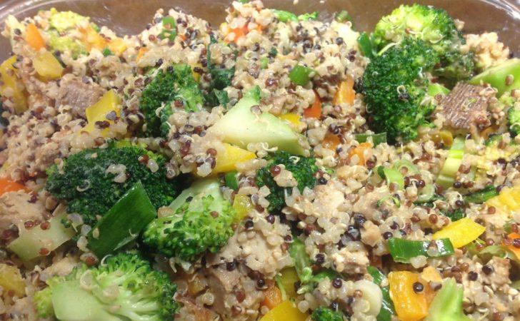 Brokkoli Salat mit Paprika, Quinoa, Tofu und Sesam Erdnuss Dressing