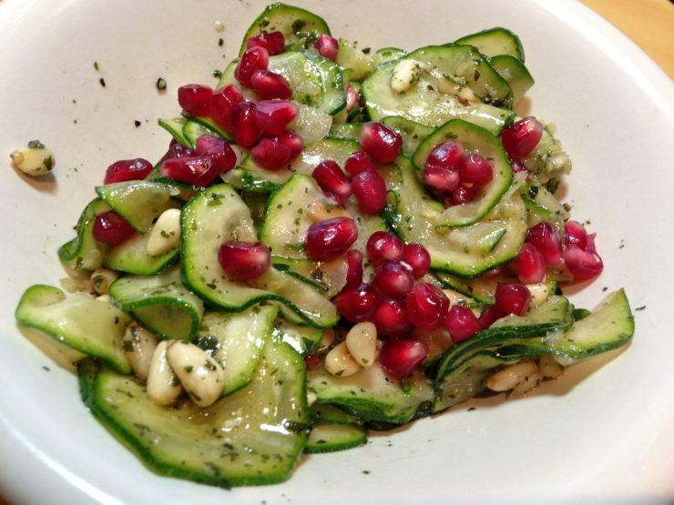 Zucchini Salat mit Pinienkernen und Haselnuss Granatapfel Dressing
