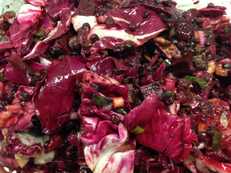 Red Winter Salat: Rote Bete, Radicchio, Belugalinsen, Orange und Grapefruit, Cranberries und Walnüsse mit Granatapfel Vinaigrette