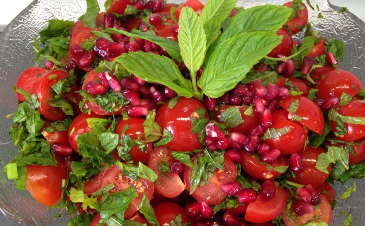 Tomatensalat mit Granatapfelkernen und Minze