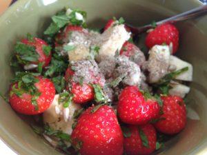 Erdbeeren mit Minze und Kokosflocken