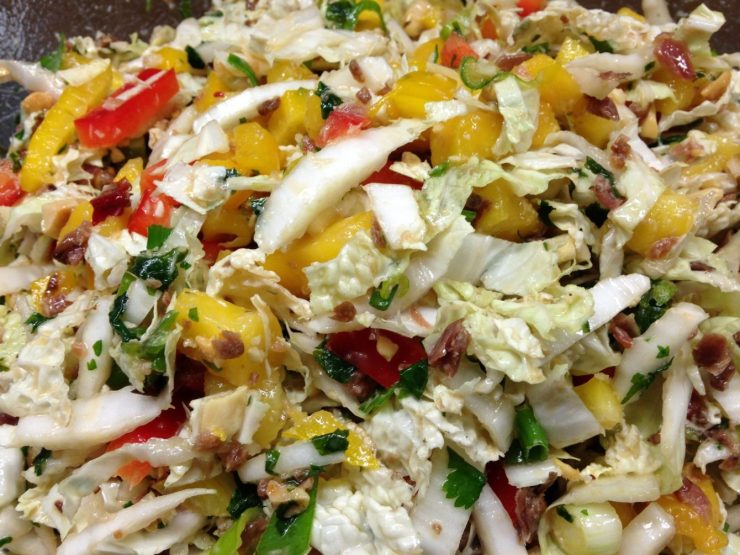 Chinakohlsalat mit Mango, Erdnüssen und Kokos