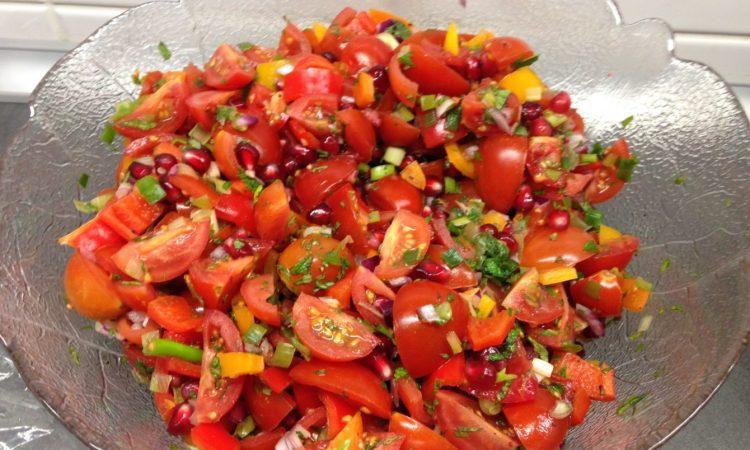 Tomaten Paprika Salat mit Granatapfelkernen und frischer Minze