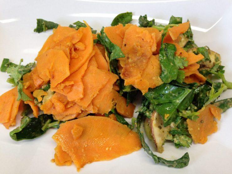 Gemüse Bandnudeln aus Süßkartoffel mit Spinat, Champignons und Mandel Kokosnuss Satay