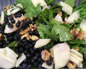 Rucola Salat mit Heidelbeeren, Birne, Walnüssen, Cranberries und Minze