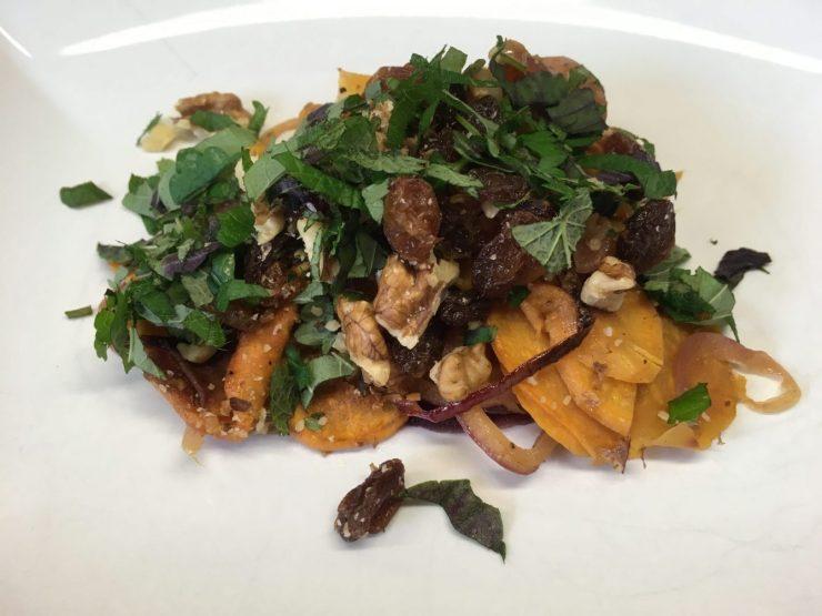 Süßkartoffel Salat mit Walnüssen, Feigen und Rosinen