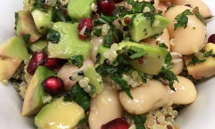 Avocado Quinoa Salat mit weißen Bohnen, Minze und Granatapfelkernen