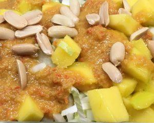 Chinakohl Mango Salat mit Orangen Erdnuss Ingwer Chili Dressing
