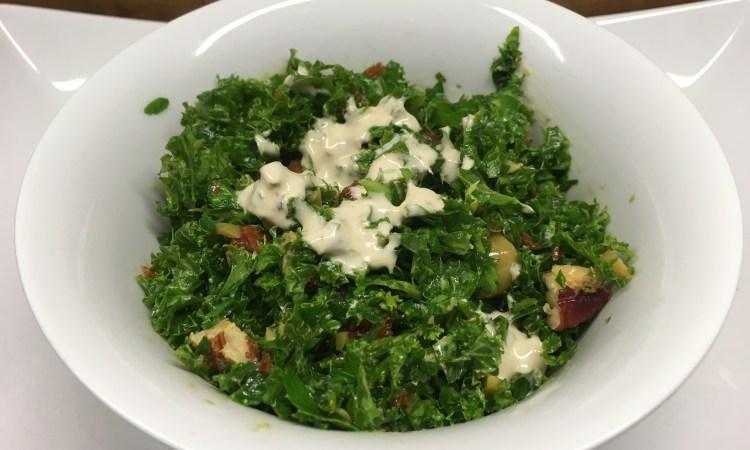 Mediterraner Grünkohl Salat mit Tomaten, Oliven, Kapern und Zitronen Tahini Dressing