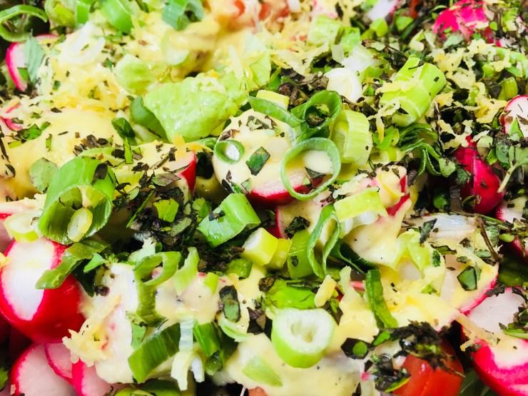 Salat mit Tomaten, Radischen und Schalotten-Senf-Dressing