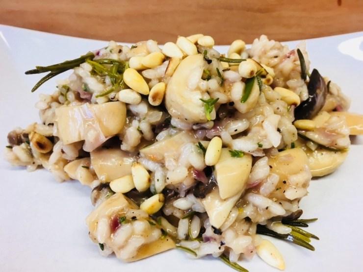 Risotto mit Kräuterseitlingen, Rosmarin und Pinienkernen