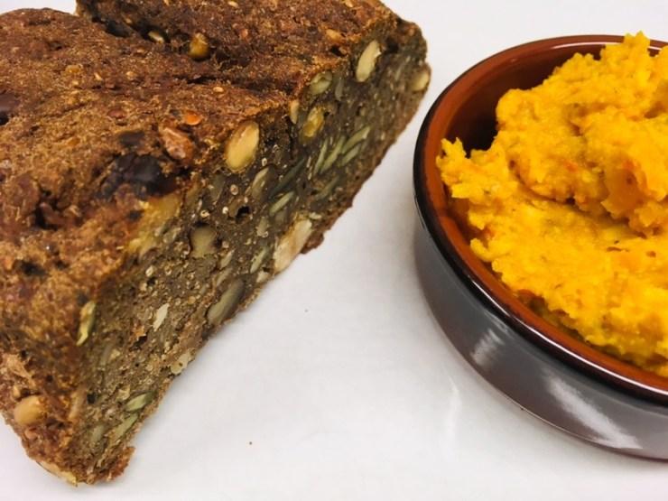 Superfood Chia Hanf Brot mit Kürbis Pesto