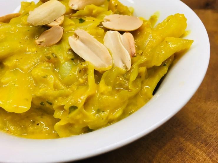 Weißkohl Erdnuss Curry mit Mango, Chili und roten Linsen
