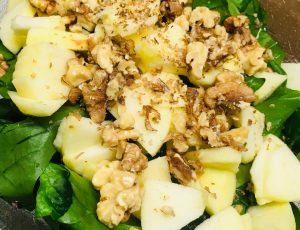 Feldsalat mit Äpfeln, Walnüssen und Orangen Tahini Dressing