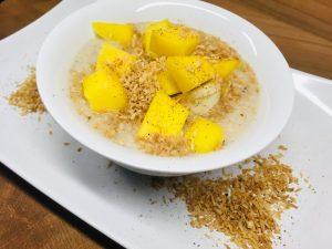 Low Carb Kokos Porridge mit Mango und Banane