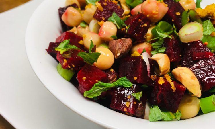Rote Bete Salat Mit Kichererbsen Haselnüssen Frischer Minze Und Za
