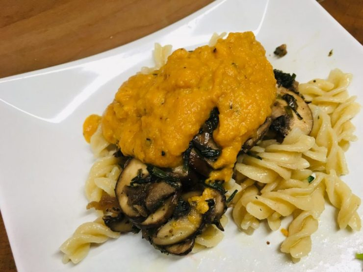 Pasta mit Knoblauch Pilzen und Süßkartoffel Cashew Sauce