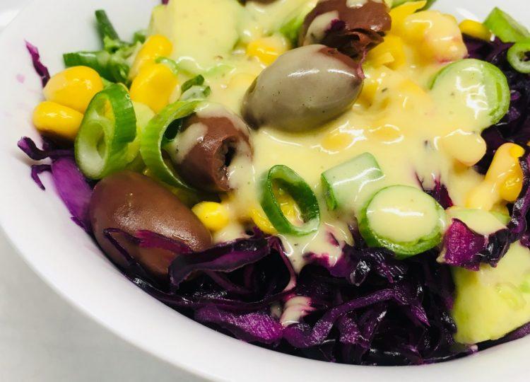 Rotkohl Mais Salat mit Oliven, Avocado und Honig Limetten Vinaigrette