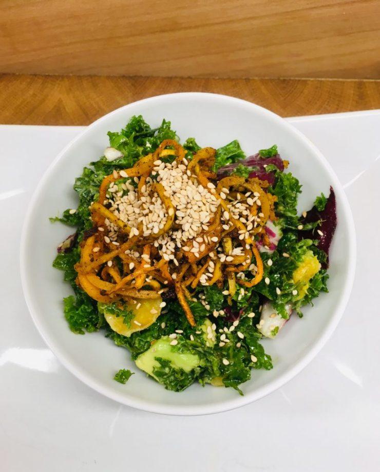 Grünkohl Salat mit Kürbis, Avocado, Sesam und Miso Senf Dressing