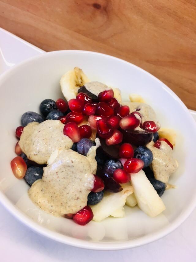 Heidelbeeren Birnen Bananen Salat mit Hanf Mohn Dressing
