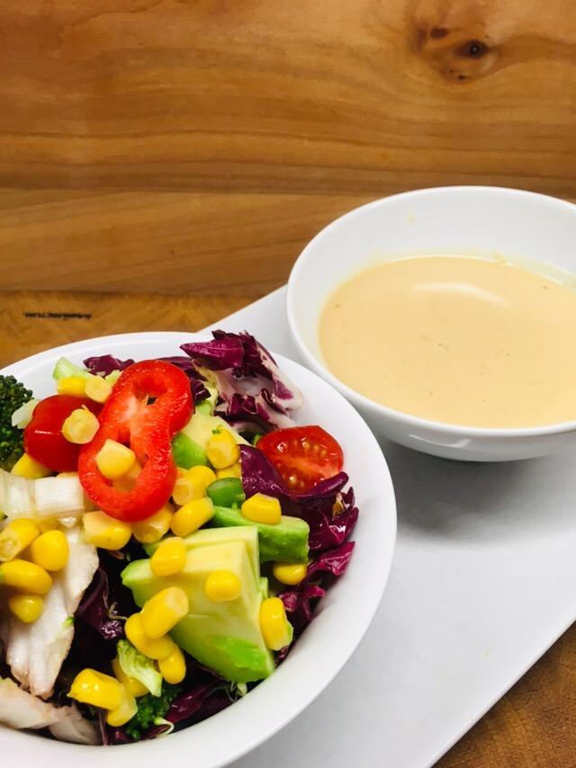 Brokkoli Mais Salat mit Paprika und Tahini Miso Dressing