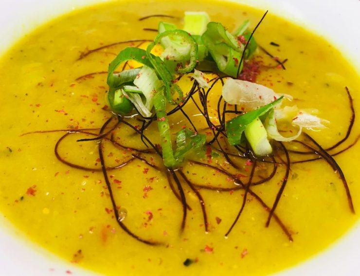 Mango Lauch Suppe mit Safran und Roten Pfefferbeeren