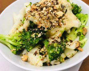 Brokkoli Birnen Salat mit gerösteten Kernen und Birnen Miso Dressing