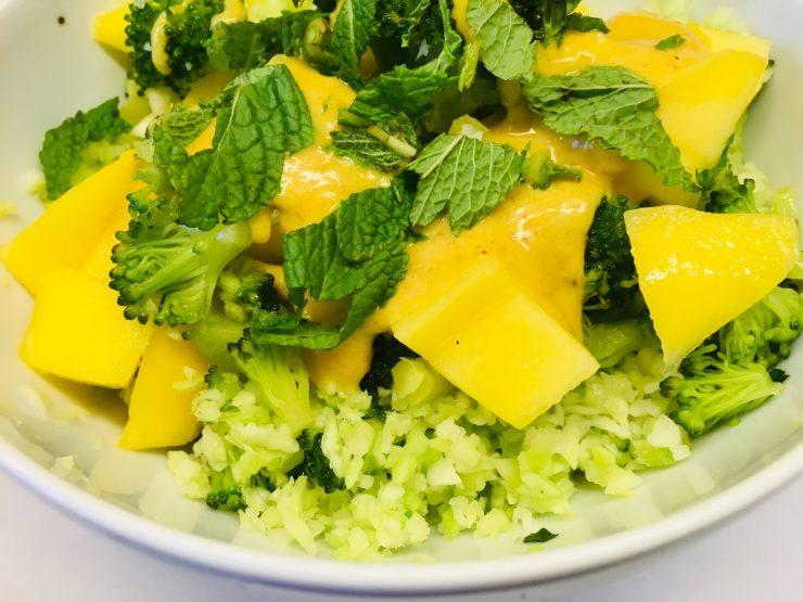Brokkoli Mango Salat mit Bananen Curry Dressing